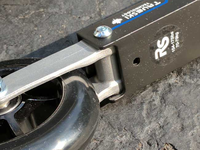 Rundle Sport FLEX skate rollerski, close-up of fender hole and pivot point