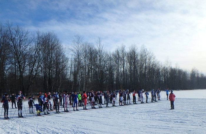 Start of the men in the Lakes of the North Winterstart xc ski race