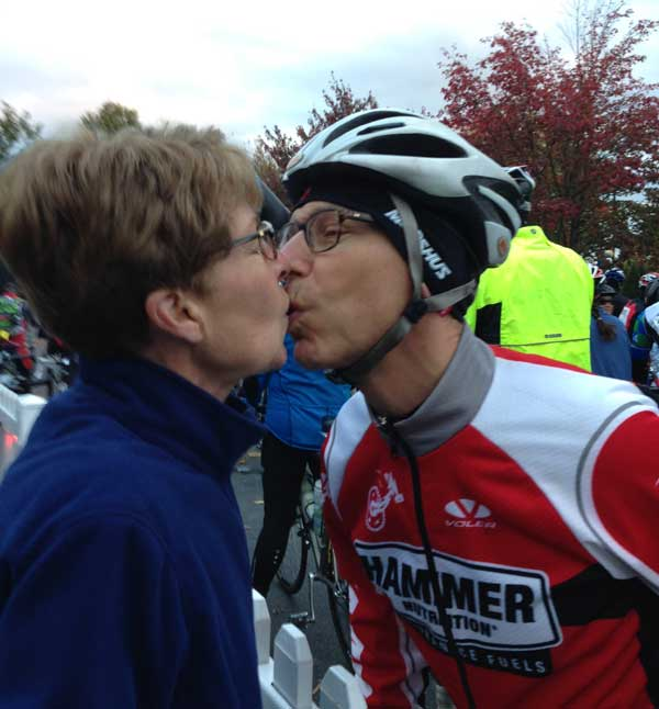 Jill and Mike kiss before the JDRF ride